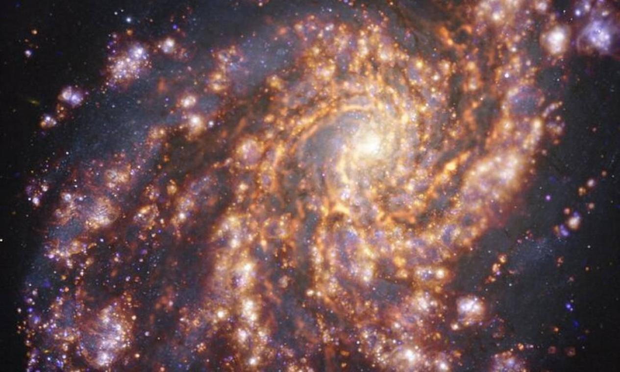 Imagem da galáxia NGC 4254 em combinação de diferentes comprimentos de onda da luz por observação do Muse e Alma Foto: ESO/ALMA (ESO/NAOJ/NRAO)/PHANGS
