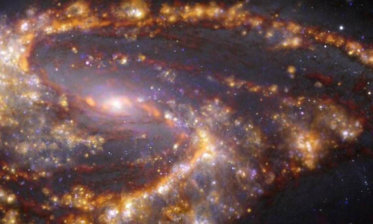 Na galáxia NGC 4254, tons castanho-alaranjados destacam nuvens de gás molecular frio que servem de matéria-prima à formação de estrelas Foto: ESO/ALMA (ESO/NAOJ/NRAO)/PHANGS