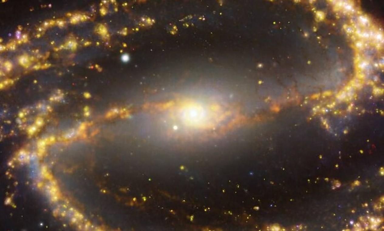 Imagem da galáxia NGC 1300 obtida pelo projeto Física em Alta Resolução Angular em Galáxias Próximas(PHANGS) Foto: ESO/ALMA (ESO/NAOJ/NRAO)/PHANGS