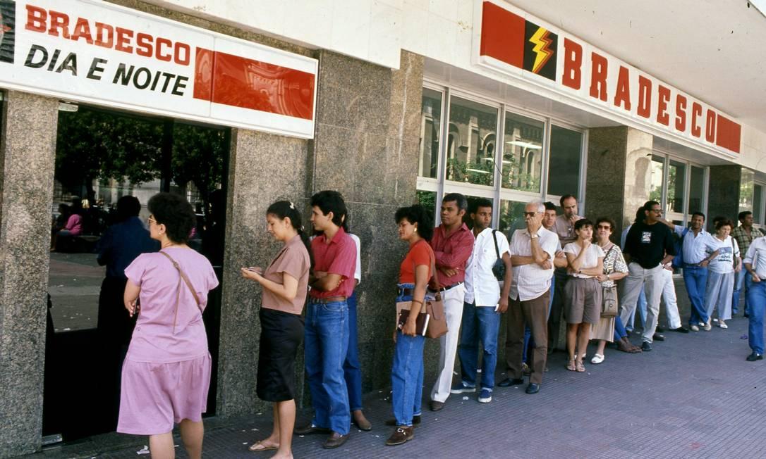 Fila em caixa eletrônico do Bradesco, no Rio, em 1990, quando foi lançado o plano Collor contra a hiperinflação Foto: Arquivo/14-3-1990