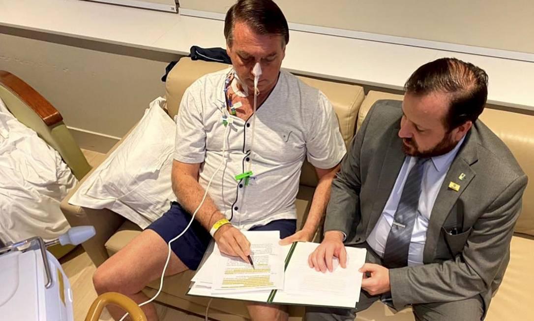 O presidente Jair Bolsonaro despacha com seu chefe de gabinete, Celio Faria, no quarto do Hospital Vila Nova Star, em São Paulo Foto: Reprodução/Instagram