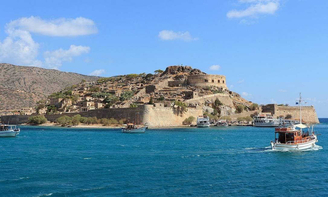 A ilhota de Spinalonga, onde fica o famoso forte, fica bem próxima de Creta, na Grécia Foto: Herbert Aust / Pixabay / Creative Commons / Reprodução