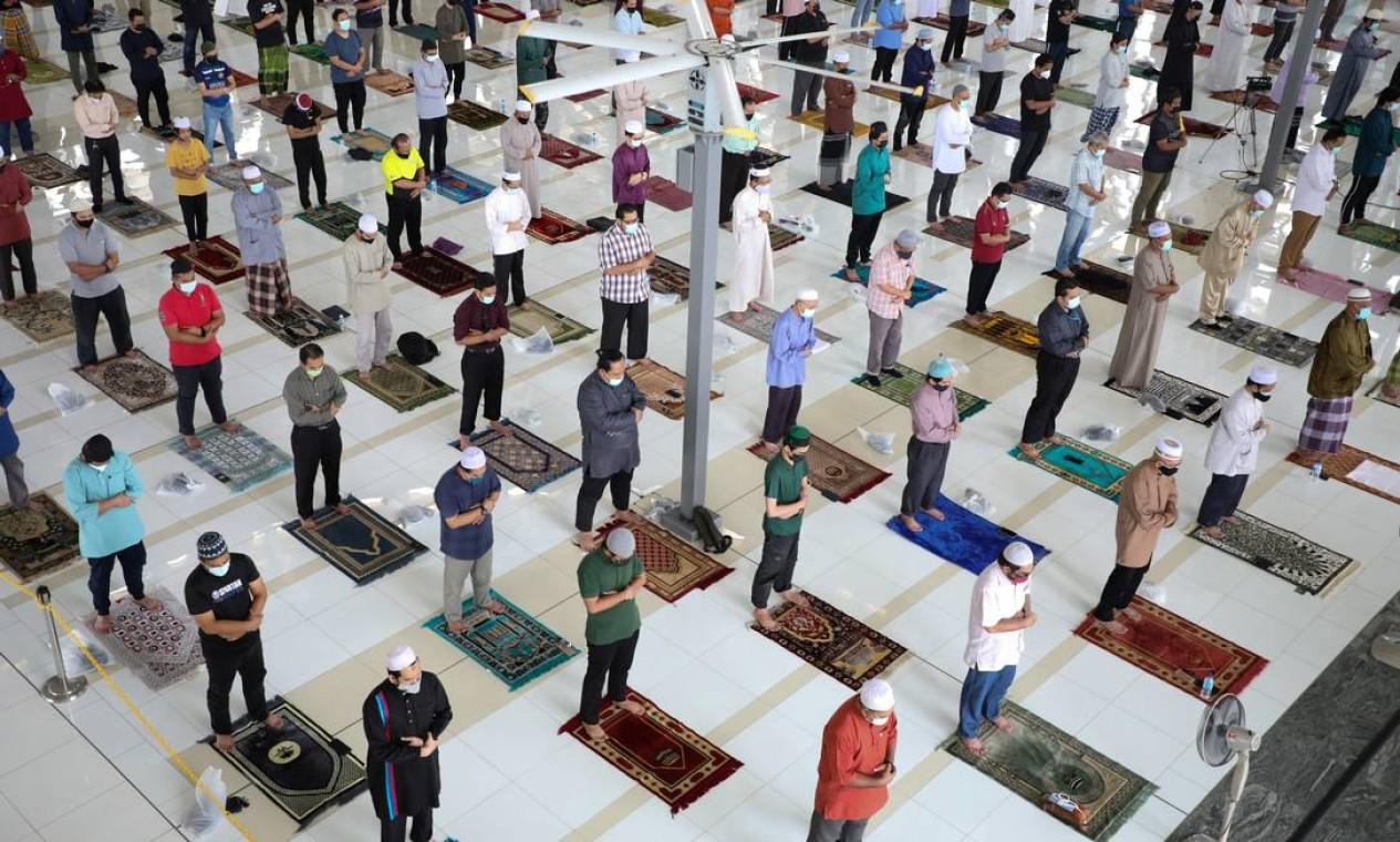 Muçulmanos seguem medidas de distanciamento social enquanto oram dentro de uma mesquita, em Putrajaya, Malásia Foto: LIM HUEY TENG / REUTERS