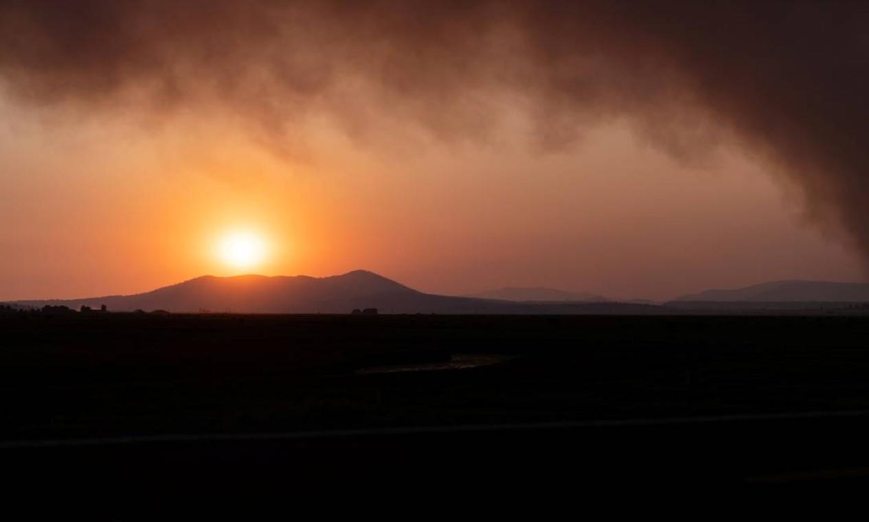 O sol se põe em meio à fumaça quando o fogo Bootleg se expande para mais de 225.000 acres, em Bly, Oregon, EUA Foto: MATHIEU LEWIS-ROLLAND / REUTERS