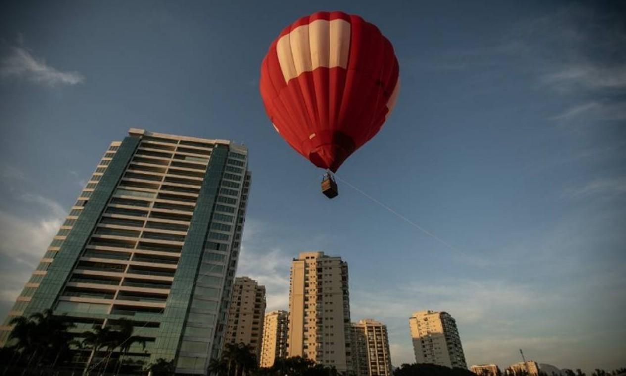 O voo panorâmico de balão é a nova atração na Barra da Tijuca, na Zona Oeste do Rio Foto: Brenno Carvalho / Agência O Globo
