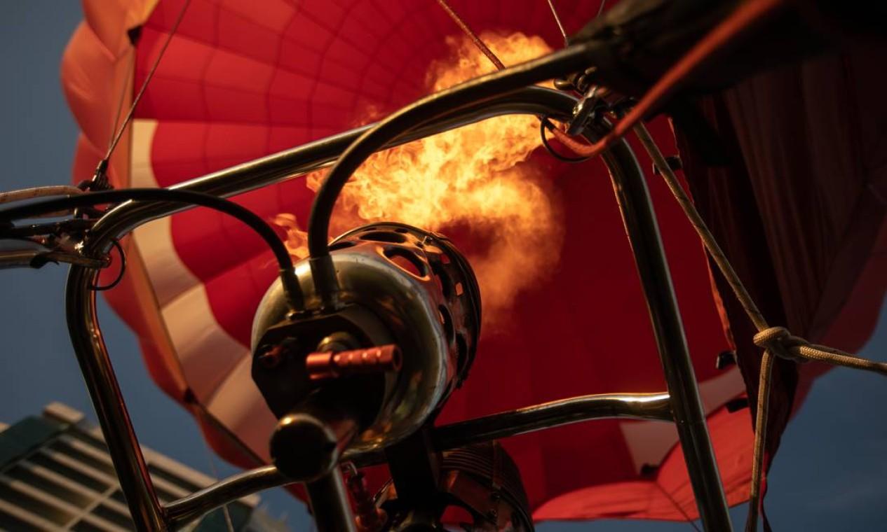 Combustão é a responsável por inflar o balão com ar quente, para proporcionar voo. É o equivalente ao motor Foto: Brenno Carvalho / Agência O Globo