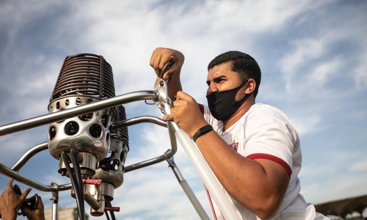 Instrutor prepara balão para sobrevoar Zona Oeste do Rio Foto: Brenno Carvalho / Agência O Globo