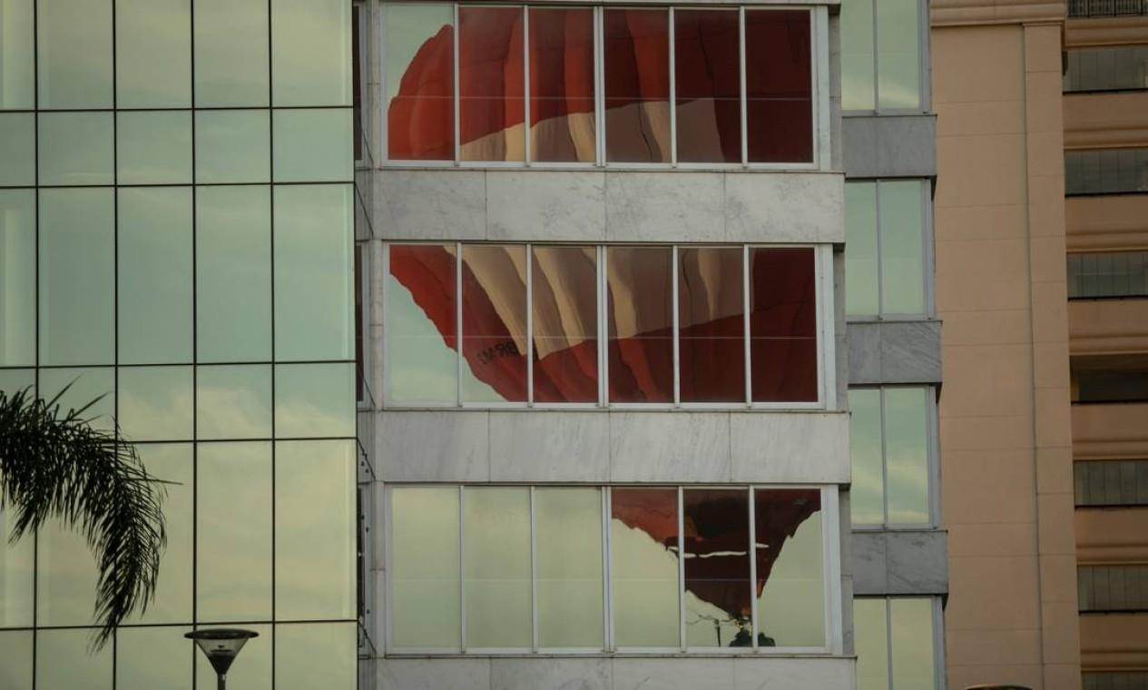 Balão é visto no reflexo de prédio da Barra da Tijuca Foto: Brenno Carvalho / Agência O Globo