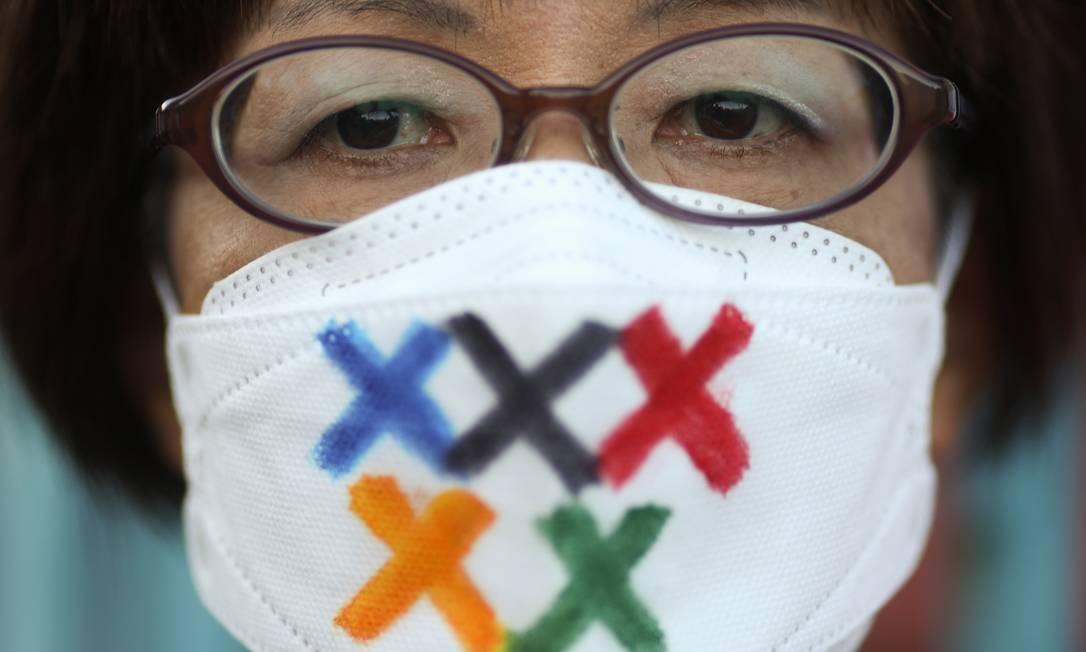 Uma pessoa protesta contra a realização dos Jogos Olímpicos de Tóquio Foto: EDGAR SU / REUTERS