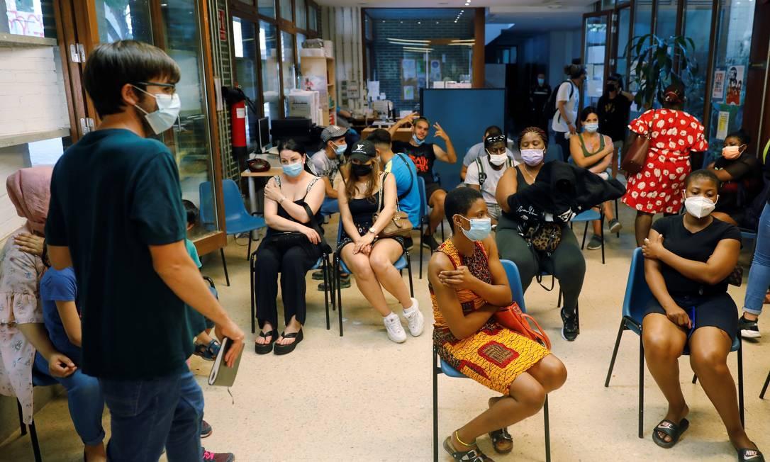Grupo espera recomendações após ser vacinado em Valência, na Espanha Foto: STRINGER / REUTERS