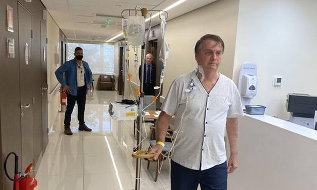 O presidente Jair Bolsonaro caminha em hospital em São Paulo, onde está internado Foto: Reprodução/Twitter