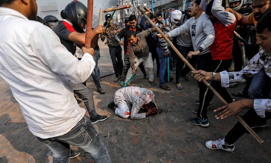 Apoiadores da nova lei de cidadania espancam um homem muçulmano durante um confronto em protesto contra a reforma na lei de cidadania que discrimina muçulmanos, em Nova Delhi, Índia Foto: DANISH SIDDIQUI / Reuters - 24/02/2020