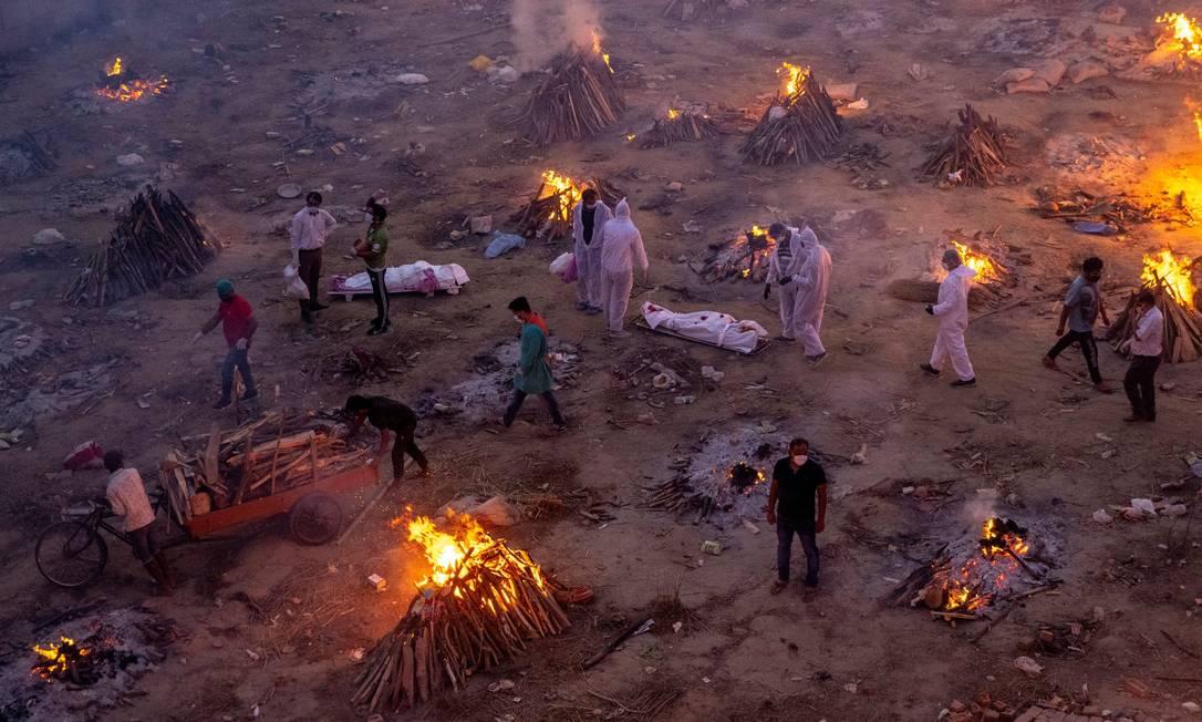 Pessoas esperam para cremar as vítimas que morreram devido à doença do coronavírus (COVID-19), em um crematório em Nova Delhi, Índia Foto: DANISH SIDDIQUI / Reuters - 23/04/2021