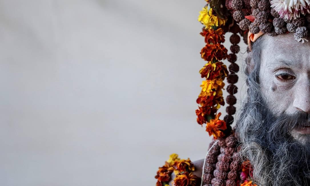 Um Naga Sadhu ou homem sagrado Hindu espera por devotos dentro de seu acampamento durante o Festival do Jarro, em Allahabad, Índia Foto: Danish Siddiqui / REUTERS - 17/01/2019