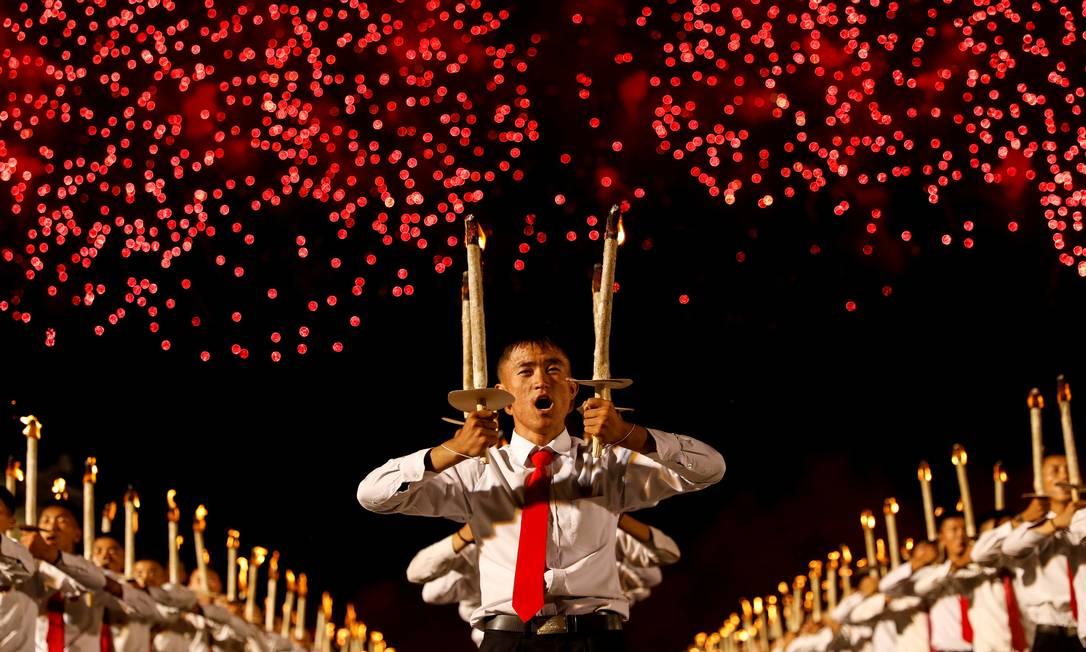Fogos de artifício explodem sobre a procissão de tochas da celebração do 70º aniversário da fundação da Coreia do Norte, em Pyongyang, Coreia do Norte Foto: Danish Siddiqui / REUTERS - 10/09/2018