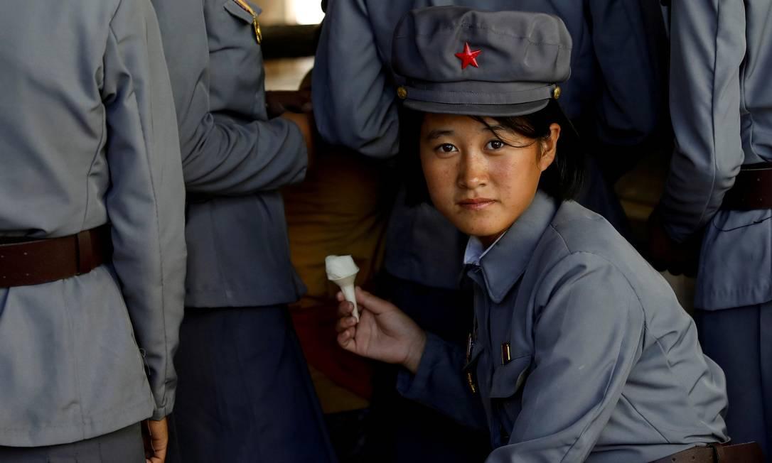 Uma soldado toma sorvete enquanto visita um zoológico em Pyongyang, Coreia do Norte Foto: Danish Siddiqui / REUTERS - 12/09/2018