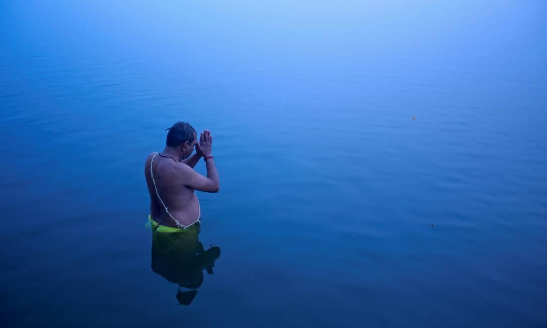 FOTO DE ARQUIVO: Um devoto hindu está nas águas do rio Ganges para oferecer orações ao deus Sol ao amanhecer em Varanasi, no estado indiano de Uttar Pradesh, 12 de janeiro de 2013. REUTERS / Siddiqui dinamarquês / Foto de arquivo Foto: Danish Siddiqui / REUTERS - 12/01/2013