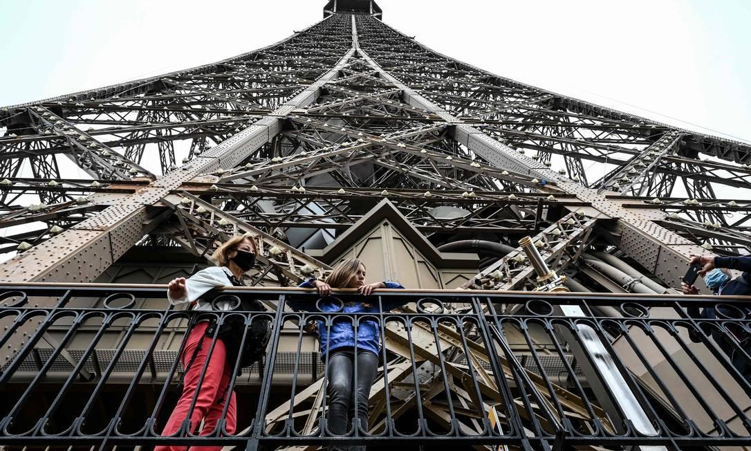Visitantes no primeiro andar da Torre Eiffel, que reabriu hoje após nove meses fechada por causa da pandemia Foto: BERTRAND GUAY / AFP