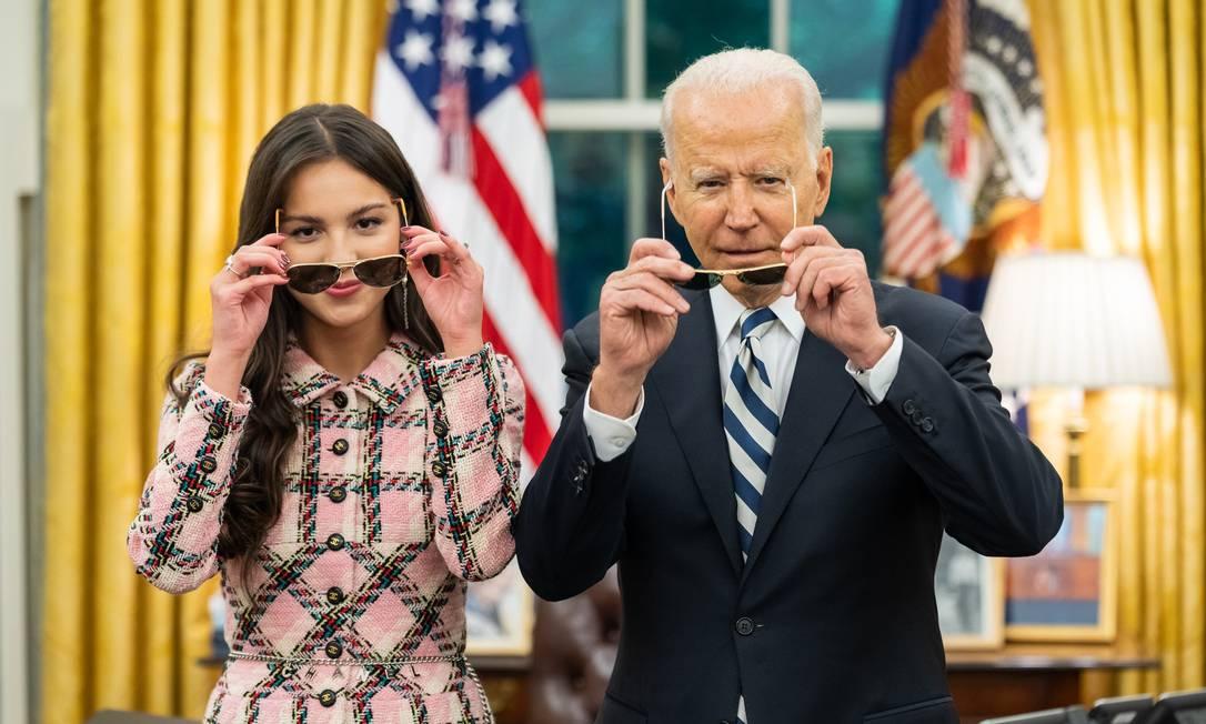 Presidente dos EUA, Joe Biden, com cantora Olivia Rodrigo, no Salão Oval da Casa Branca Foto: Casa Branca / reprodução redes sociais