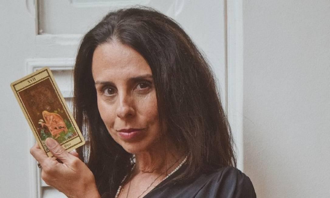 Conexão. Helen Pomposelli trabalha com tarô terapêutico, que usa as cartas para auxiliar no autoconhecimento Foto: Divulgação
