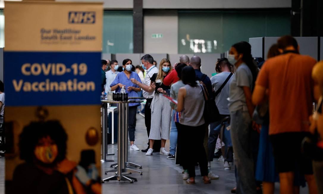 Pessoas em fila para tomar vacina contra a Covid-19 em Londres Foto: Tolga Akmen / AFP