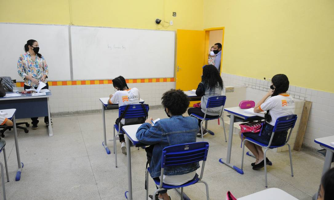 Alunos na Escola Municipal João Brazil, no Morro do Castro: assim como outras 86 unidades da rede, local não tem certificado para funcionamento Foto: Divulgação/Prefeitura de Niterói (Eires Silveira)