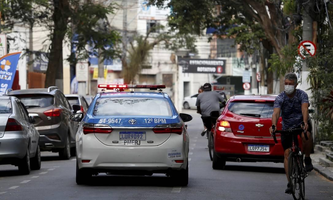 """Patrulhamento na Rua Visconde de Sepetiba, no Centro: PM diz que ações são estratégicas, """"de acordo com a análise das manchas criminais"""" Foto: Fabiano Rocha / Agência O Globo"""