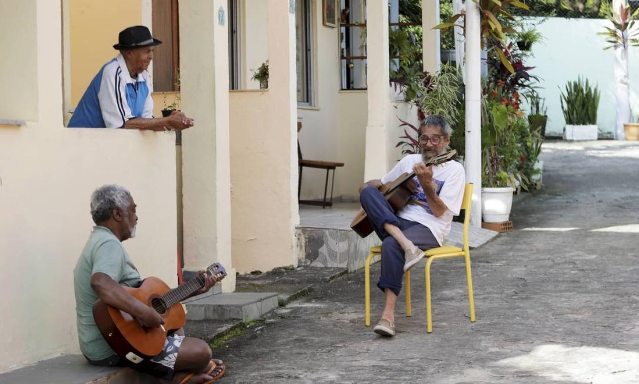 Volta à rotina. Já vacinados, os idosos do Retiro dos Artistas se reúnem para tocar e cantar nos fins de tarde Foto: Domingos Peixoto / Agência O Globo