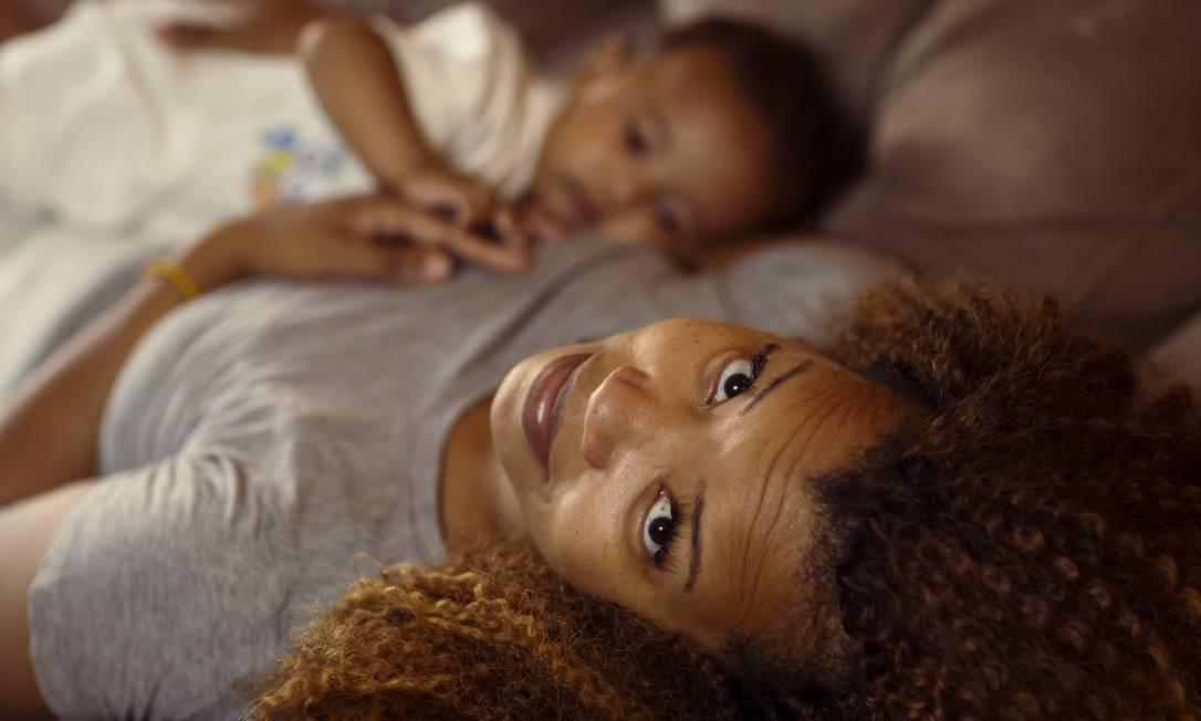 Enfermeira, Rafaelle Ribeiro com o filho Alade, 5 anos: ela doa leite materno para banco da Fiocruz Foto: Leo Martins / Agência O Globo