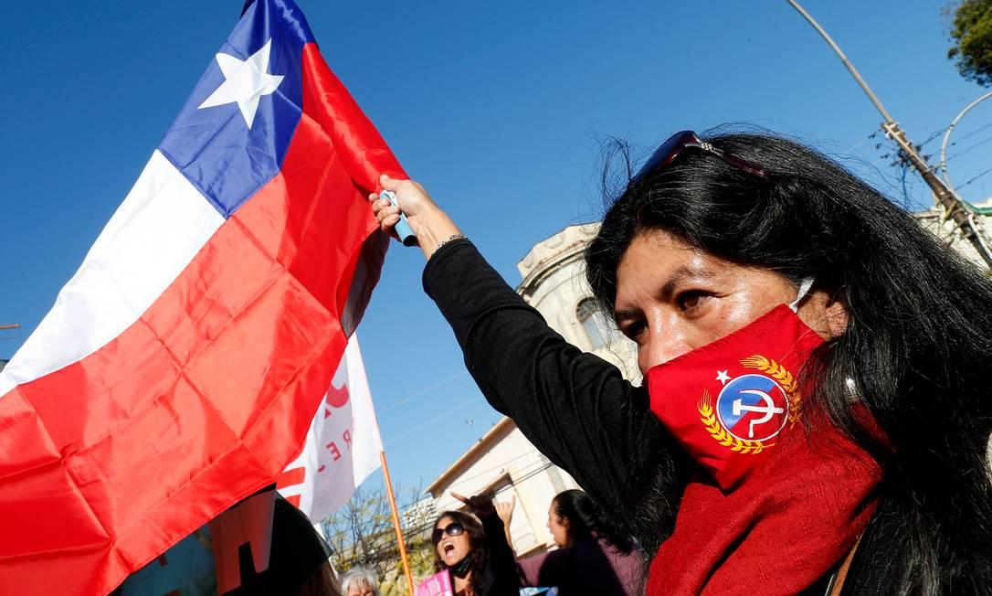 Apoiadora de Daniel Jadue, candidato do Partido Comunista chileno, participa de comício em Valparaíso, Chile Foto: RODRIGO GARRIDO / REUTERS/02-07-2021
