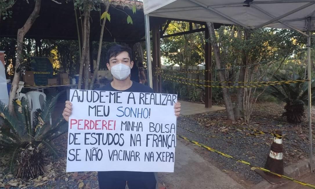 O estudante Igor Oliveira precisa estar imunizado para viajar para a França, onde conseguiu uma bolsa de estudos: ele tentou, sem sucesso, uma vacina na xepa do Lago Norte Foto: Pablo Jacob