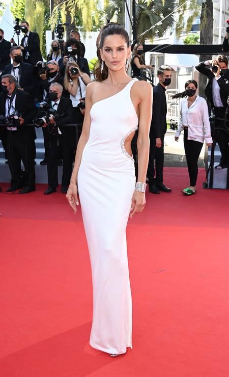 Em sua segunda apariação, Izabel Goulart vestiu look branco fatal Foto: Daniele Venturelli / WireImage