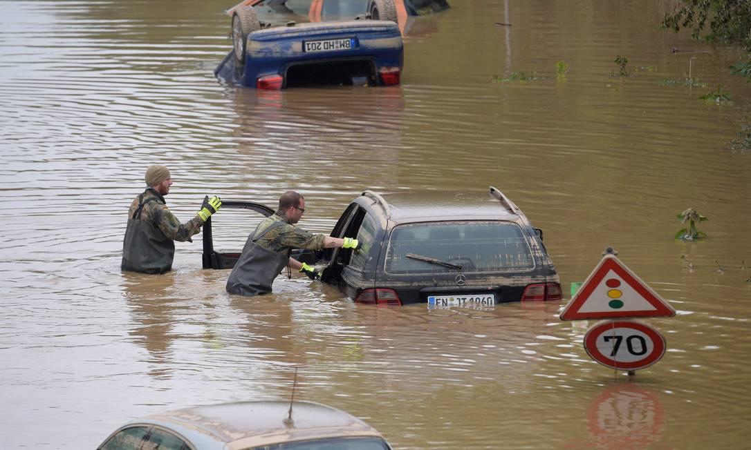 Soldados das forças armadas alemãs de Bundeswehr procuram vítimas das enchentes em veículos submersos em rodovia federal em Erftstadt, oeste da Alemanha, em 17 de julho de 2021, depois que fortes chuvas atingiram partes do país, causando inundações generalizadas e grandes danos Foto: SEBASTIEN BOZON / AFP