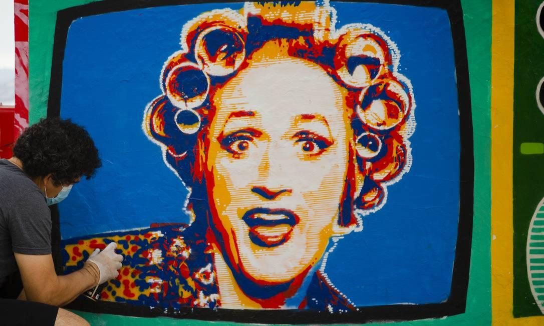 Painel com a personagem Dona Hermínia, de Paulo Gustavo, foi restaurado pelo artista Ipo. Foto: Leo Martins / Agência O Globo