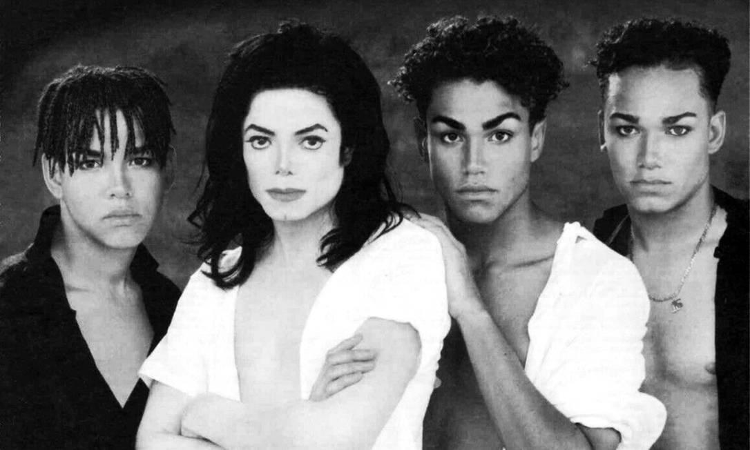 Michael Jackson e os sobrinhos Taj (à esquerda), T.J. e Taryll, que formavam o grupo 3T nos anos 1990 Foto: Divulgação