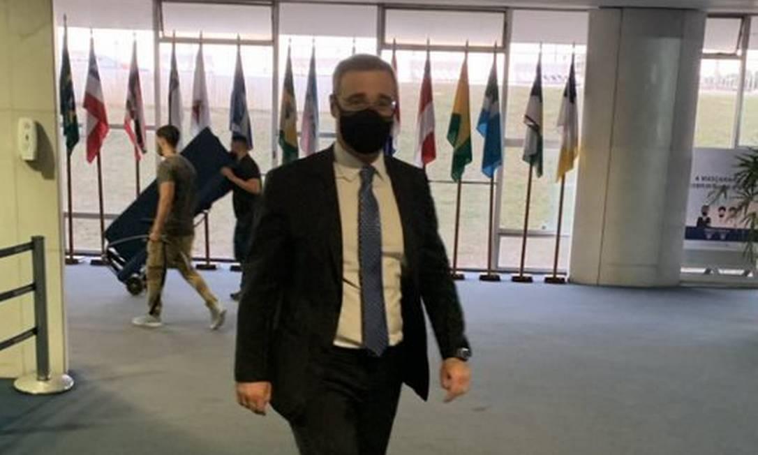 André Mendonça percorre corredores do Senado: busca de apoio para confirmar vaga no STF Foto: Paulo Cappelli/Agência O Globo