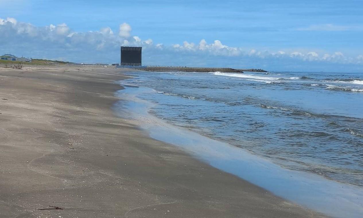 Telões montados na praia que vai receber o surfe nos Jogos Foto: Carol Knoploch