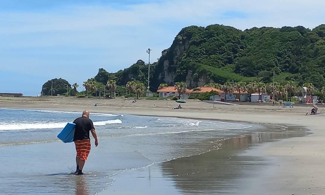 Tsurigasaki, a praia de areia escura e cenário bucólico que será sede do surfe nas Olimpíadas Foto: Carol Knoploch