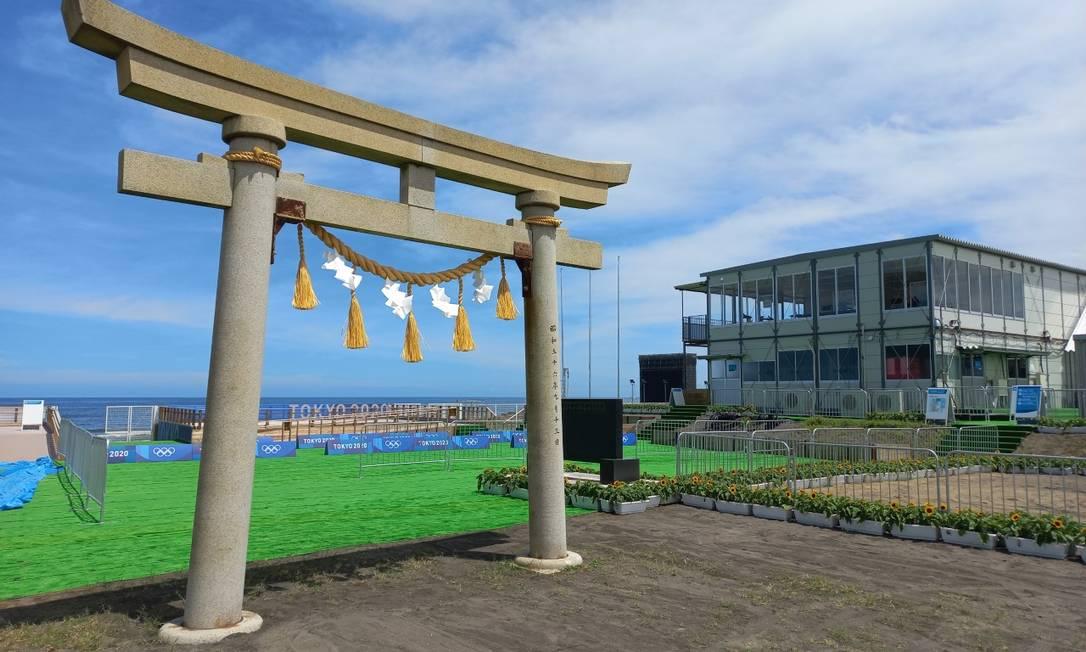Torii na entrada da praia de Tsurigasaki, que será sede do surfe nas Olimpíadas Foto: Carol Knoploch