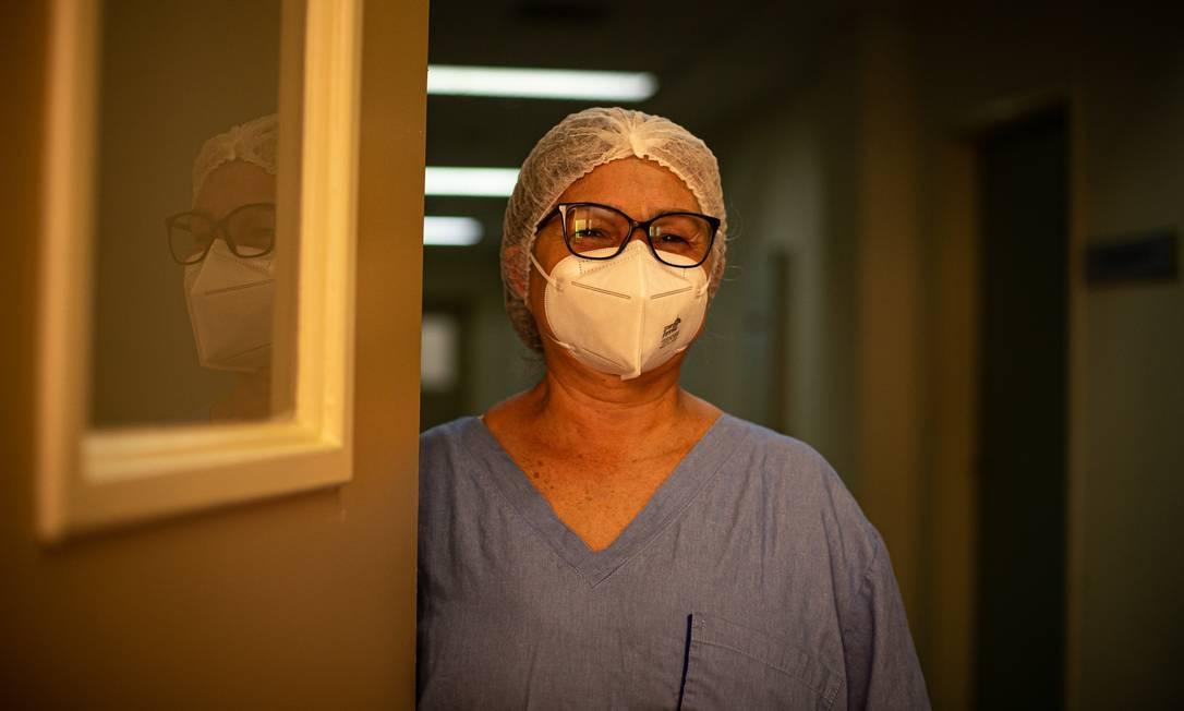 Dulcineia da Silva, 60 anos, a primeira vacinada no Rio, junto de Terezinha no Cristo Redentor, e que trabalha na maior UTI pública para pacientes com Covid-19 Foto: Hermes de Paula / Agência O Globo