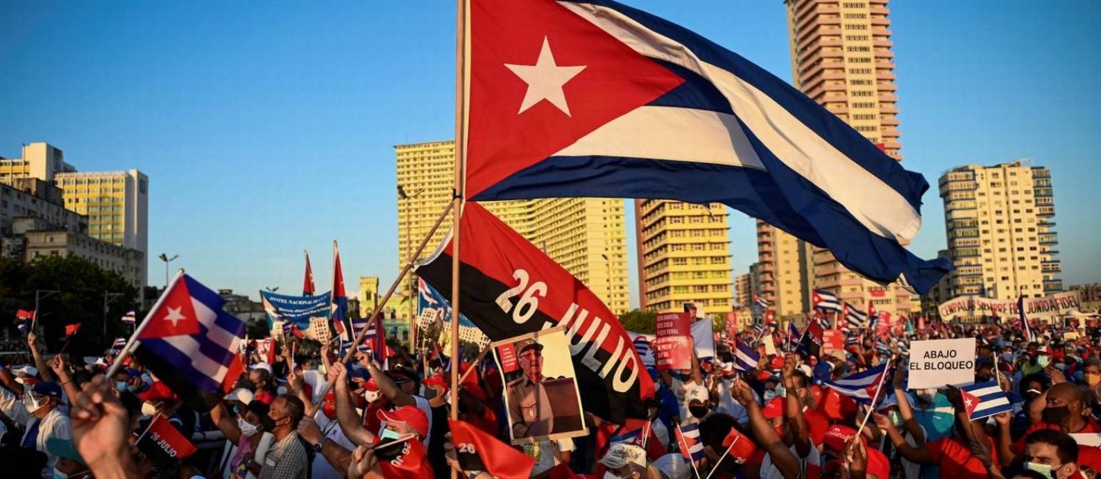 Cubanos participam no sábado de ato pró-regime em Havana, com participação de Miguel Díaz-Canel e Raúl Castro Foto: YAMIL LAGE / AFP/17-7-21