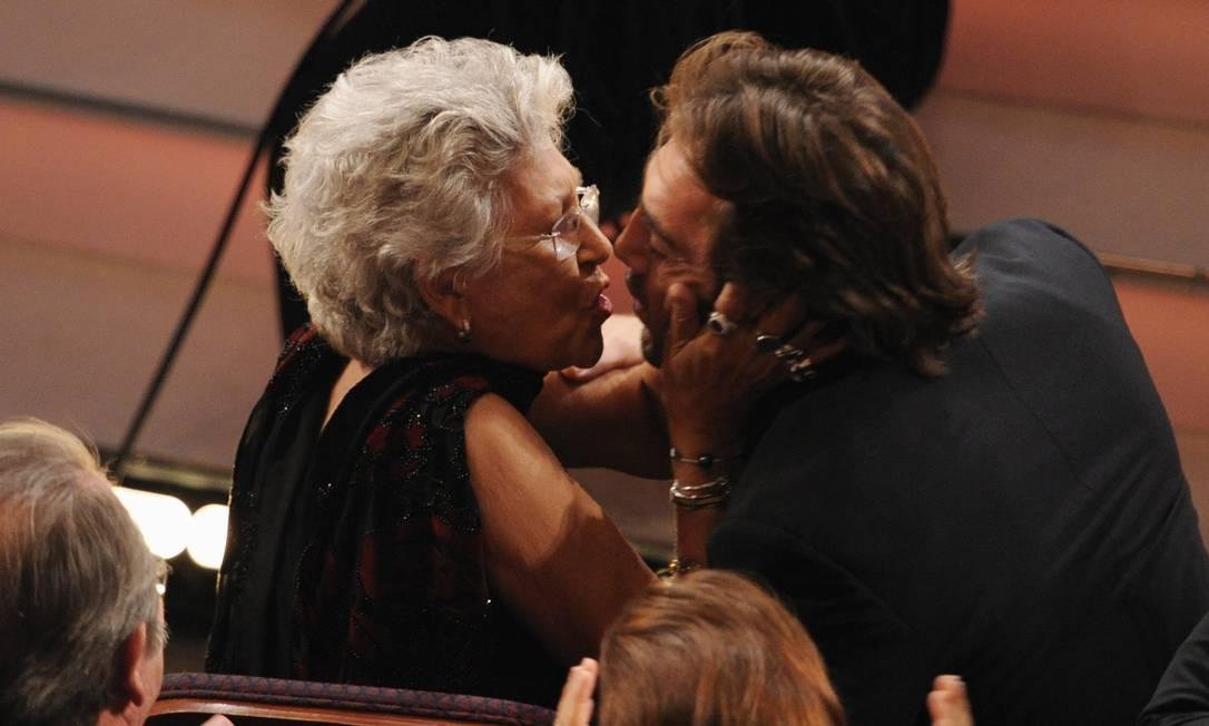 Pilar Bardem parabeniza o filho Javier, em 2008, pela vitória no Oscar de ator coadjuvante por 'Onde os fracos não têm vez' Foto: Mark J. Terrill / AP Photo/Mark J. Terrill