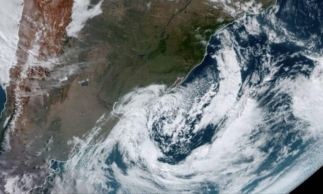 Imagem do GOES-16 mostra ciclone extratropical no Uruguai e no Rio Grande do Sul em 18 de julho de 2021 Foto: NOAA/NESDIS