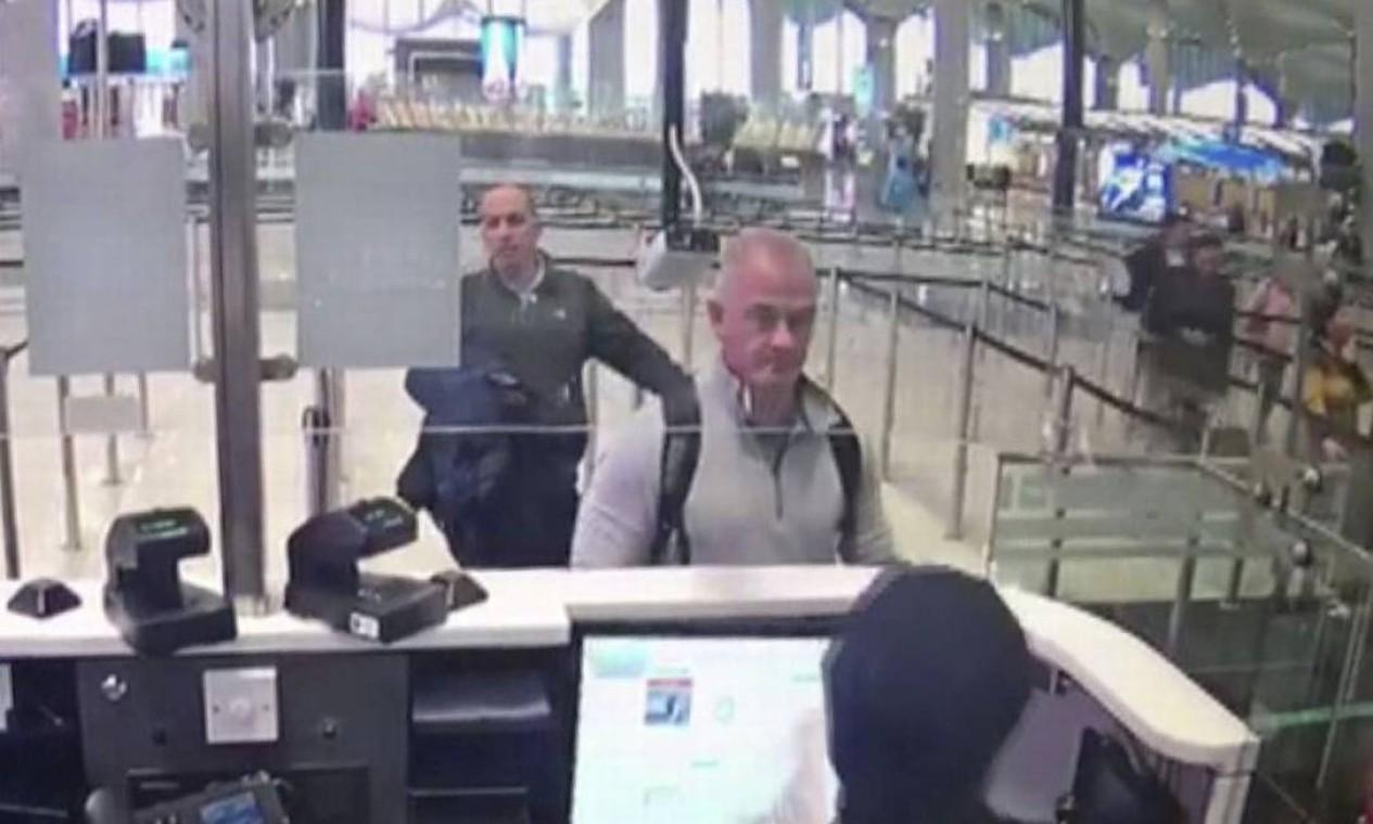 O ex-militar de elite Michael Taylor, no centro da foto, no Aeroporto de Istambul em dezembro de 2019. Ele e o filho Peter foram condenados à prisão por facilitarem a fuga de Ghosn do Japão. Foto: DHA / AP Photo