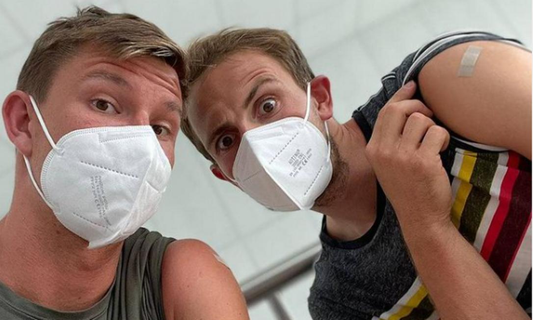 Perusic (direita) comemora segunda dose da vacina Foto: Instagram/Ondrej Perusic