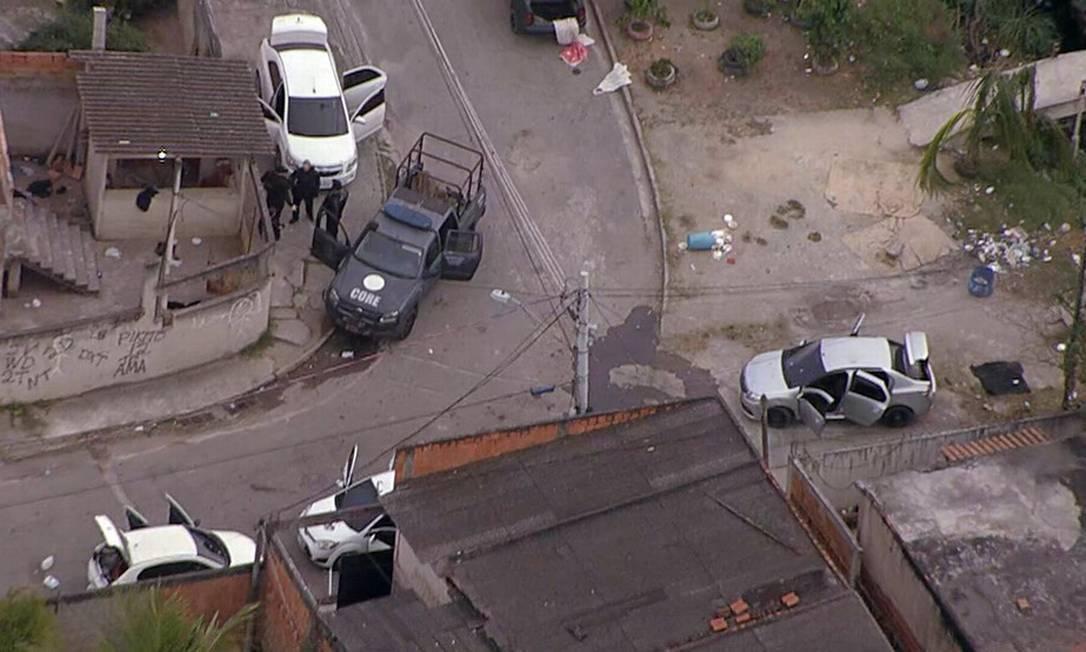Durante operação na Manguariba, agentes da Core encontraram quatro veículos aparentemente abandonados Foto: TV Globo / Reprodução