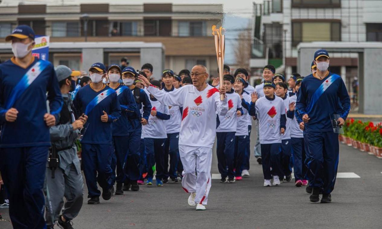 Kimihara comandando o revezamento da tocha enquanto passava por Sukagawa, a cidade natal de Tsuburaya Foto: Hiroko Masuike / The New York Times