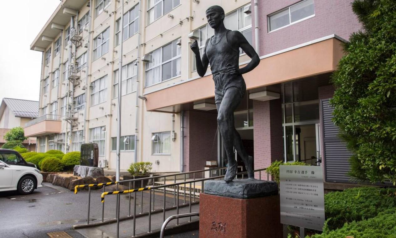 Estátua de Tsuburaya na Sukagawa High School, que ele frequentou Foto: Hiroko Masuike / The New York Times