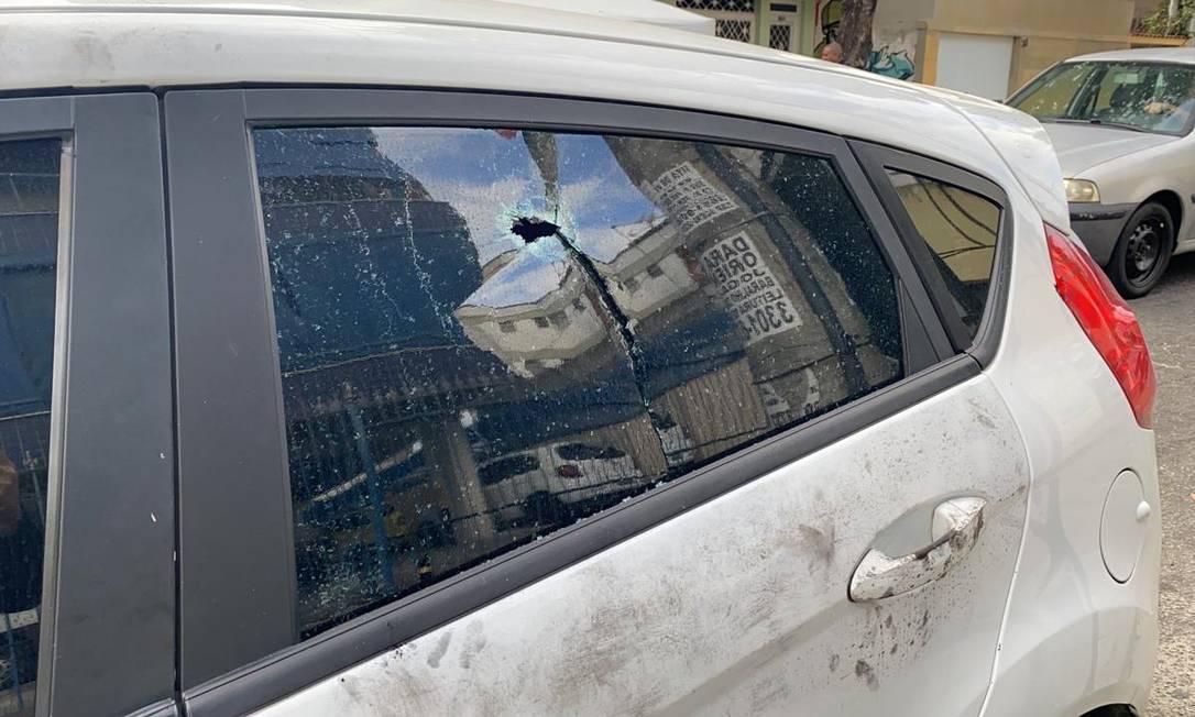 Marca de tiro em um dos vidros do carro onde PM estava quando foi morto Foto: Reprodução