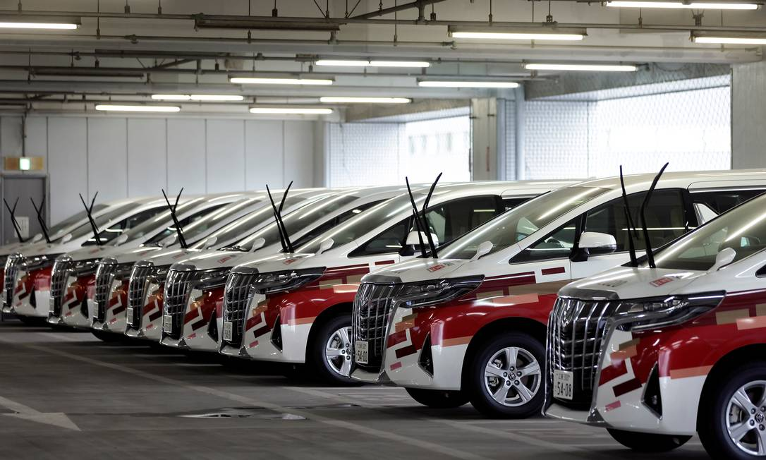 Carros cedidos pela Toyota para auxiliar na operação dos Jogos Olímpicos de Tóquio: em meio a repercussão negativa da competição, empresa retirou anúncios Foto: Kiyoshi Ota / REUTERS